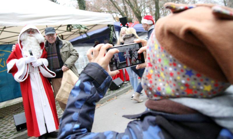 Natürlich kommt auch der Weihnachtsmann an der Schlossmühle vorbei - hier lässt er sich mit Friedhelm Schroeter ablichten, dem Chef der Mühlenfreunde. Foto: Holger Schmälzger