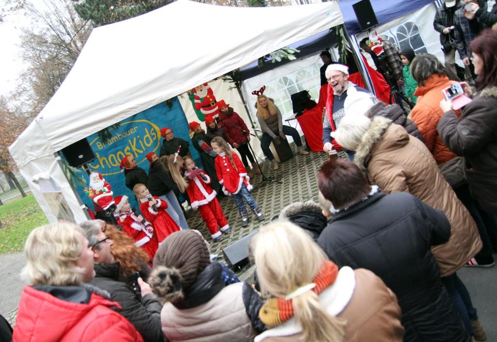 """Der Kinderchor """"Chaos Kids"""" aus Brambauer stimmt die beliebtesten Weihnachtslieder an. Foto: Holger Schmälzger"""